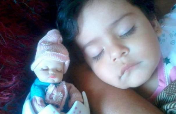 bimba e bambola occhi chiusi