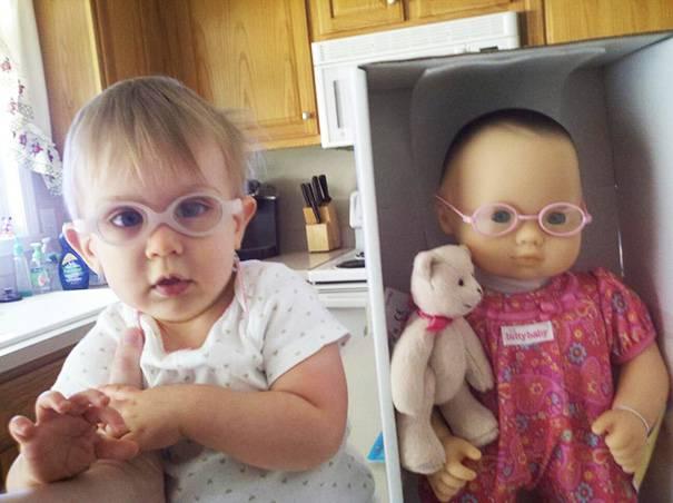 bambina e bambola con occhiali