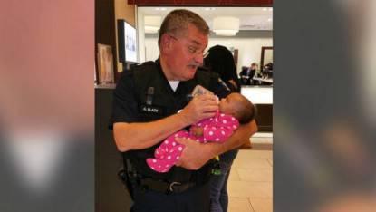 poliziotto allatta