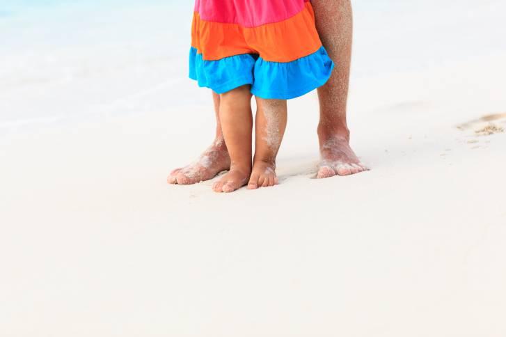 I piedi dei bambini: si possono lasciare senza scarpe?
