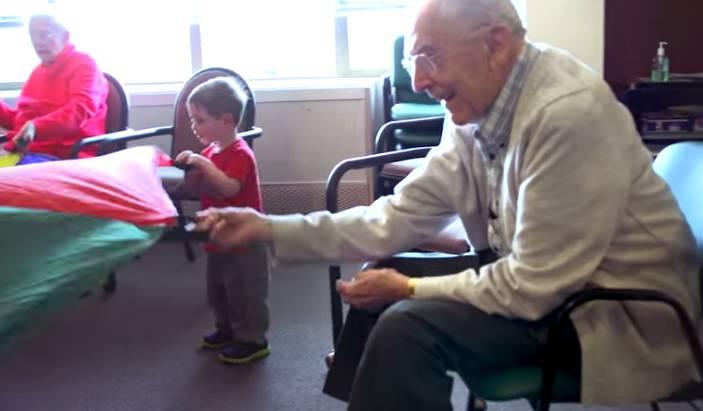 La scuola materna in una casa di riposo: il VIDEO che vi stupirà