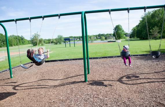 """bambina """"diversa"""" al parco"""