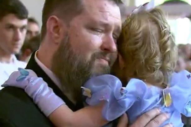papà abbraccia figlia