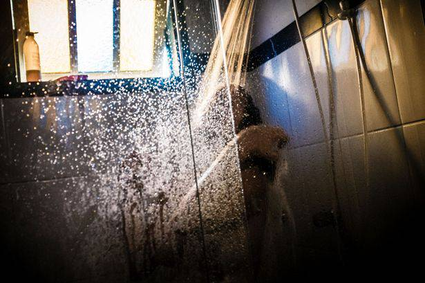 donna doccia