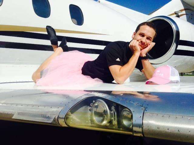 uomo su aereo