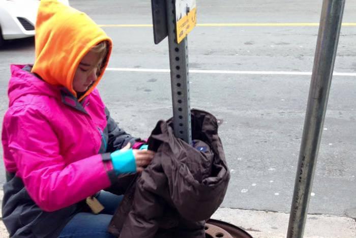Bambine appendono cappotti per la città e il motivo è splendido! (FOTO)