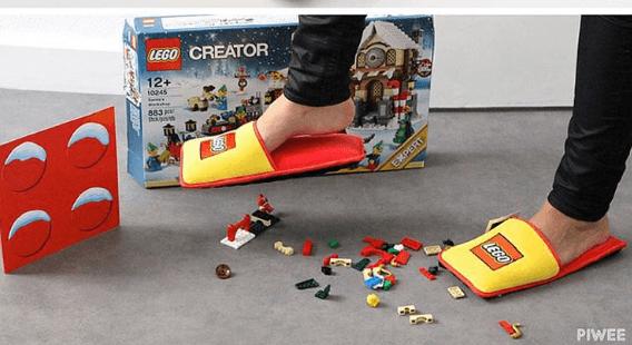 Lego = minaccia per i piedi? Finalmente inventato il rimedio perfetto! (FOTO)
