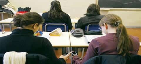 Riprendono i prof e li deridono su whatsapp, alunni sospesi ma è polemica