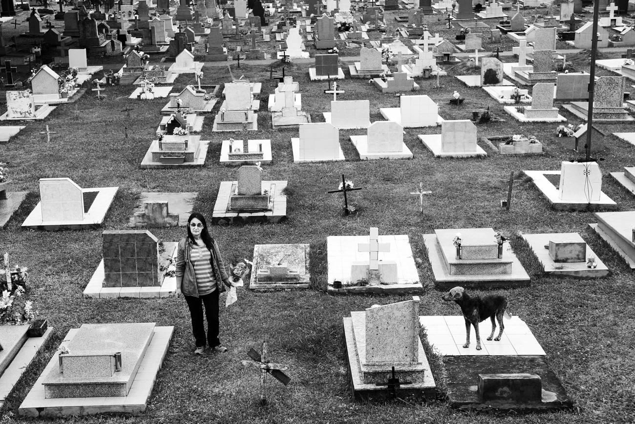 Mirta Maria Velzi visita la tomba della figlia Maria Daniela Leyes morta nel 2012, a 17 anni per un tumore cerebrale.
