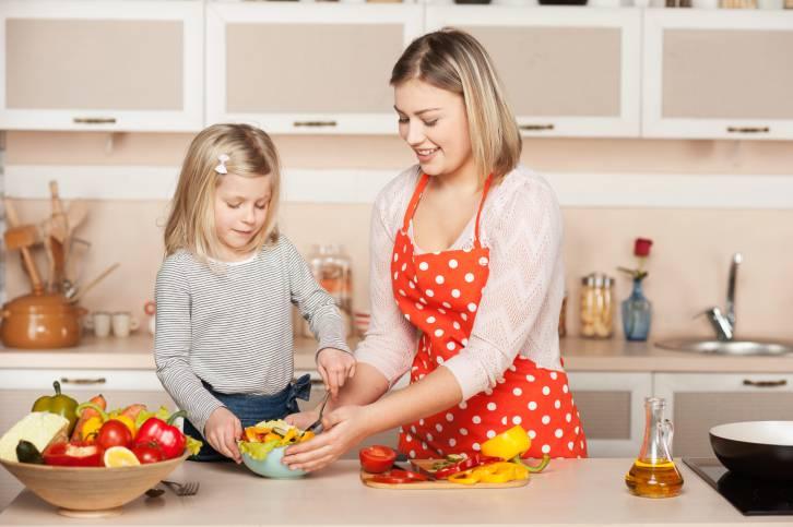 mamma e figlia cucinano