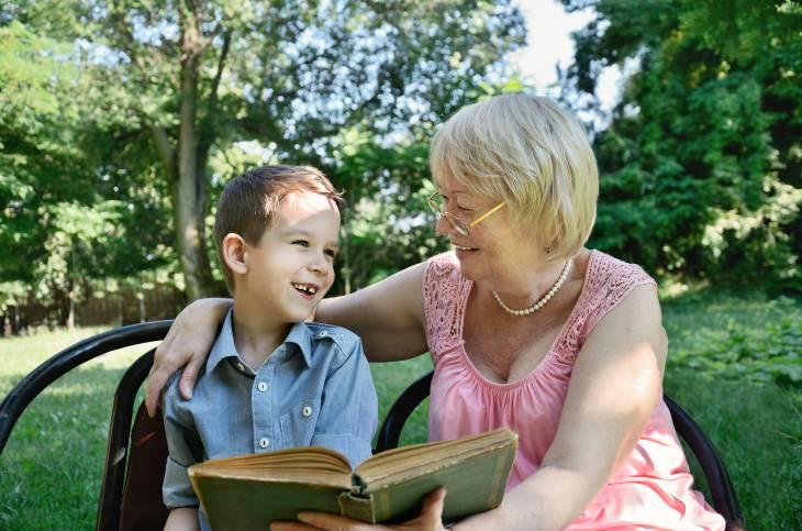 Occuparsi dei nipoti aiuta le nonne a prevenire la demenza senile