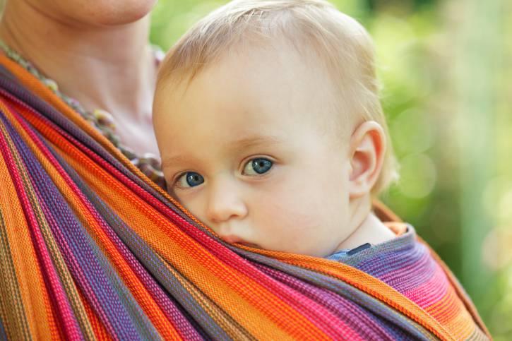 I 7 benefici della fascia sui bambini: piangono di meno e dormono meglio
