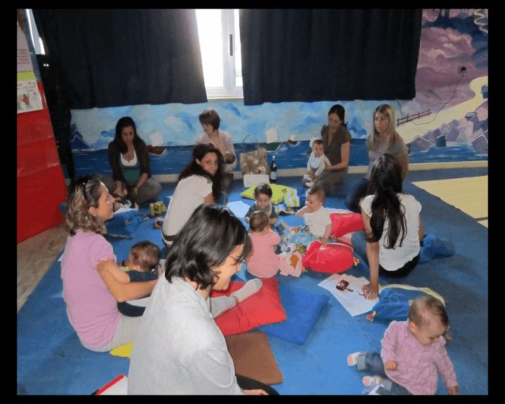 gruppo di mamme e neonati alla Casa dei bimbi