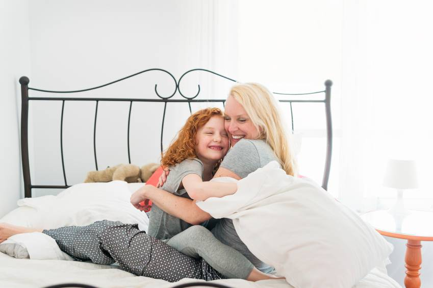 bambina e mamma sul letto