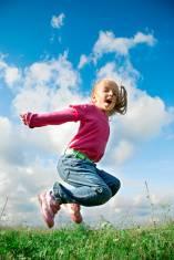 bambina salta