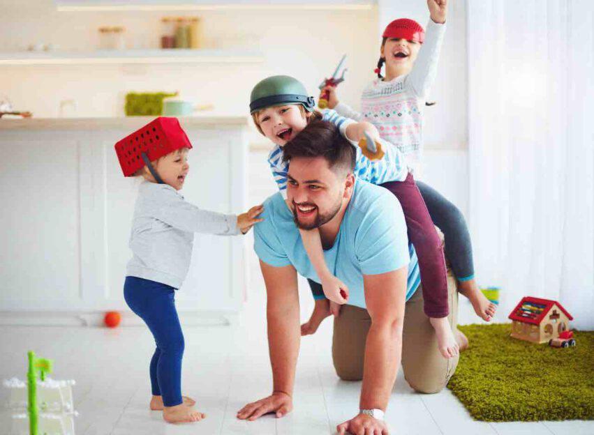 papà gioca con figli