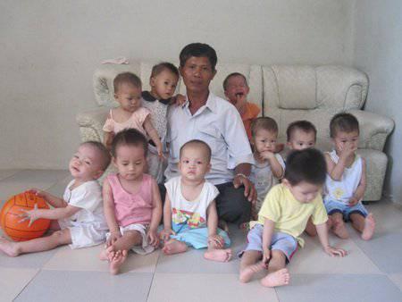 """Il """"papà"""" di 100 bambini dichiara: """"ora questi bambini hanno una casa"""" (FOTO)"""