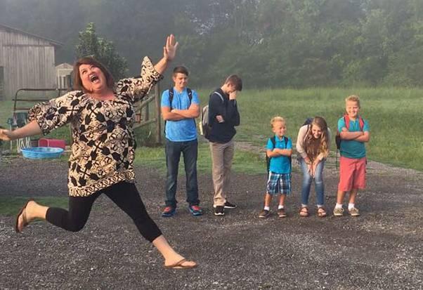 Primo giorno di scuola, ecco come reagiscono le mamme e i papà (FOTO)