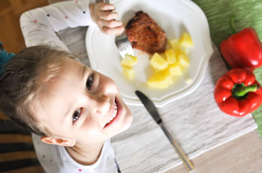 Dieta dei bambini il 40 della mamme in ansia per l - Bambine che cucinano ...