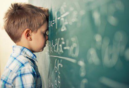Un bambino non riesce a fare un'operazione matematica