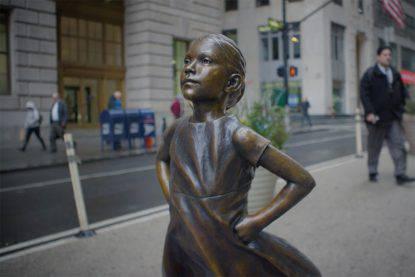 Una ragazzina sfida il toro di Wall Street: più donne al comando