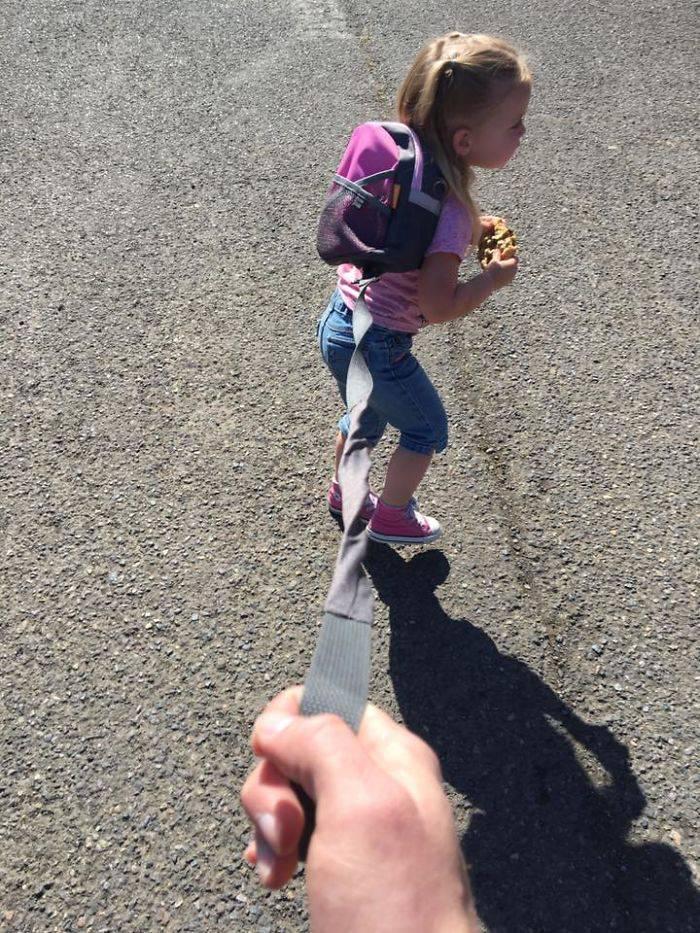 bambina al guinzaglio