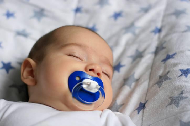 Come aiutare neonati e bambini piccoli a riposare bene nonostante il caldo