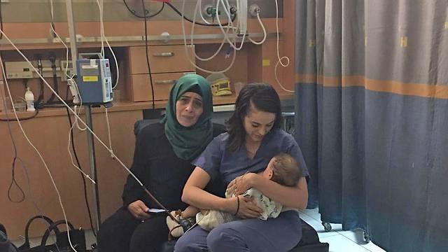 infermiera che allatta il bambino