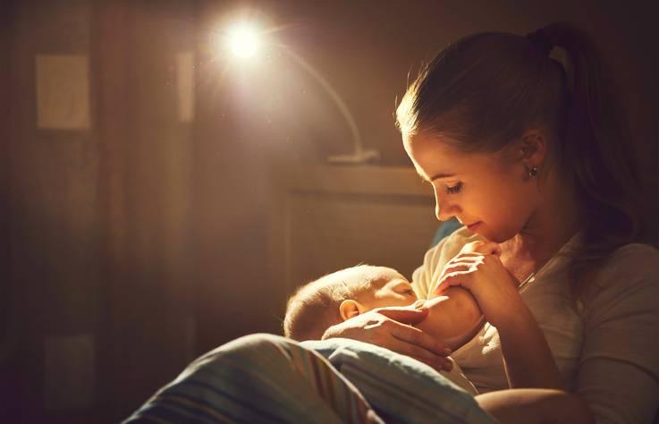 Perché alla fine ho amato le mie notti insonni con mia figlia neonata