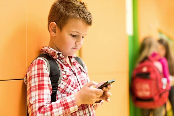 Fedeli, smartphone a scuola: le regole per poterlo usare