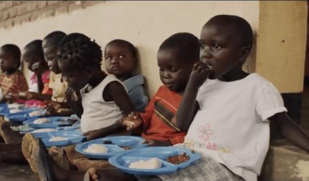 """""""Se mangio posso imparare"""": il movimento che sta salvando migliaia di bambini"""