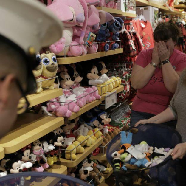 Mamma vince un buono Disney da 2500 euro e sorprende i bambini bisognosi