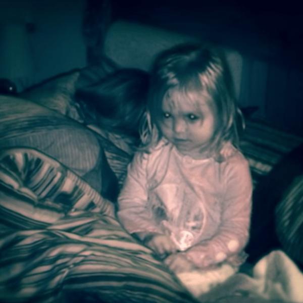 """""""La bambina che non può dormire"""": lo strano caso di una bimba di 3 anni (FOTO)"""