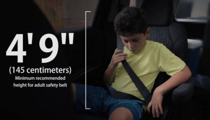 bambino in macchina indossa cintura