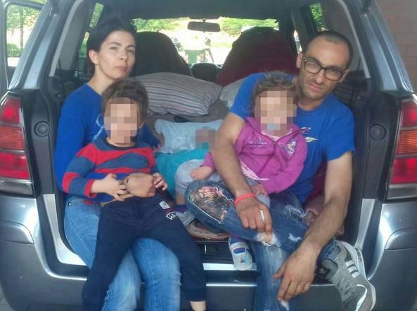 famiglia vive in auto 3 figli