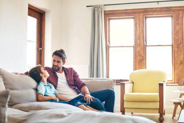 Un papà chiede ai figli di non chiamarlo più così e si apre il dibattito