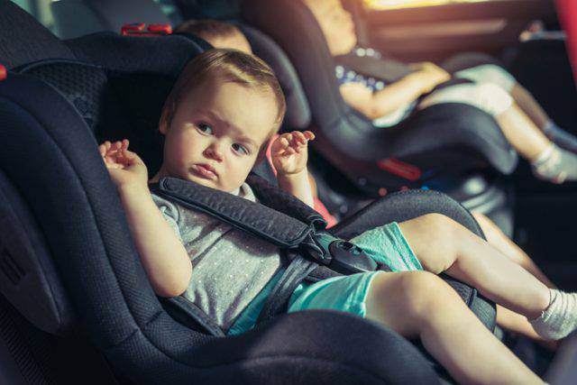 Bambina dimenticata in auto