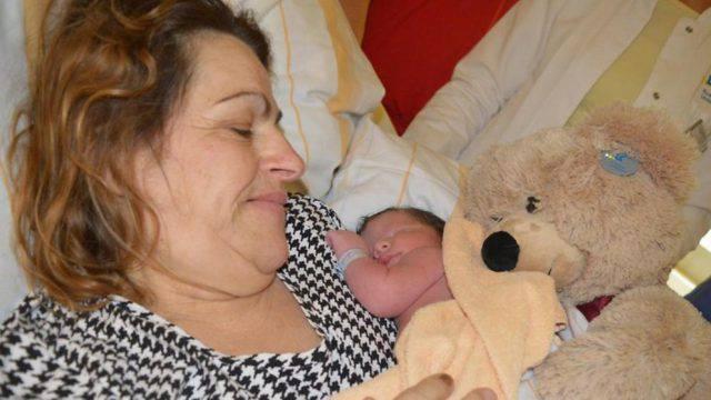 Una mamma ha partorito a 58 anni, il padre ha 72 anni (FOTO)