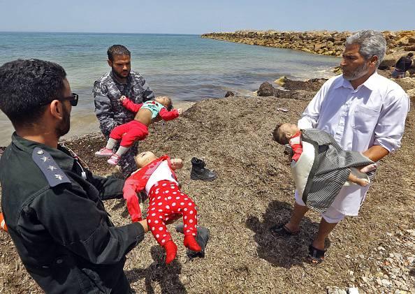 Naufragio nel Mediterraneo: morti 3 bimbi, 100 dispersi. Porti chiusi alle Ong