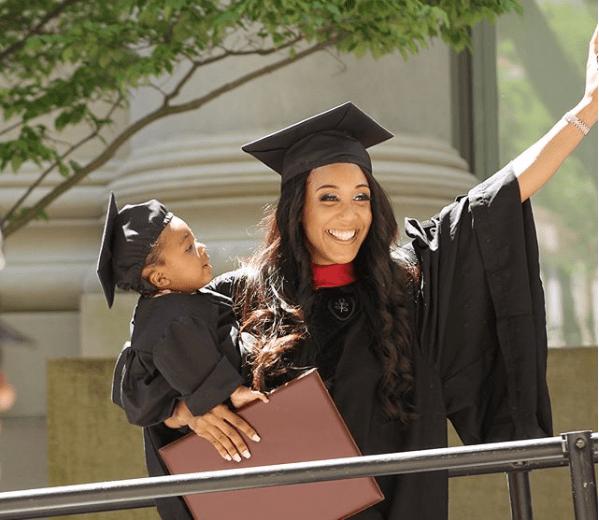 A 24 anni va in travaglio mentre sostiene l'ultimo esame per la laurea (FOTO)