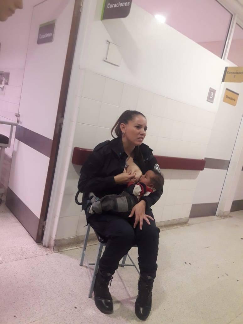 poliziotta allatta un bambino
