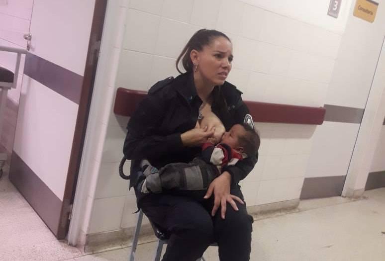 Poliziotta allatta un bambino affamato ricoverato in ospedale (FOTO)