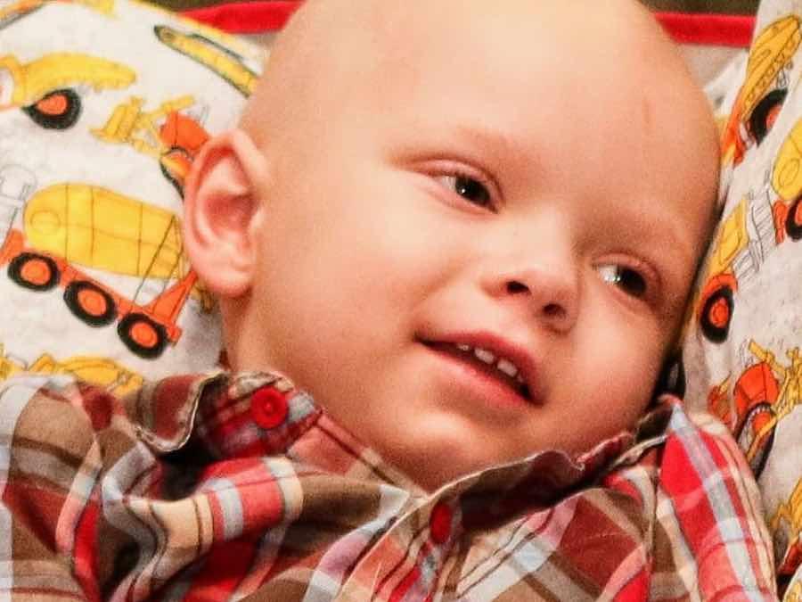 Brody ha 2 anni e sta per morire: tutta la città festeggia con lui il Natale (FOTO)
