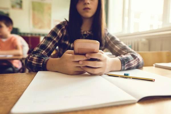 """Cellulari vietati a scuola a Piacenza: """"Sono fonte di distrazione"""""""