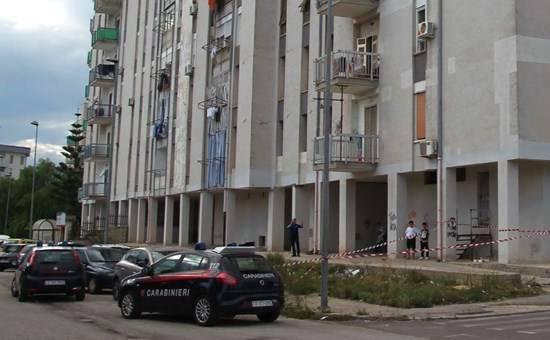 Taranto getta la figlia dal balcone