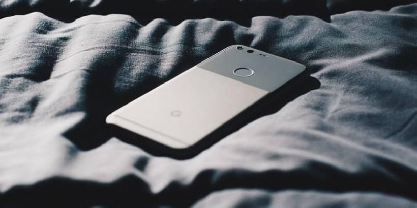 Cellulare sul letto