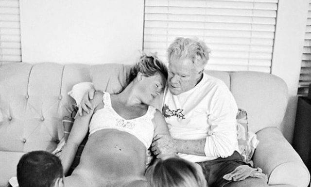 papà aiuta la figlia a partorire