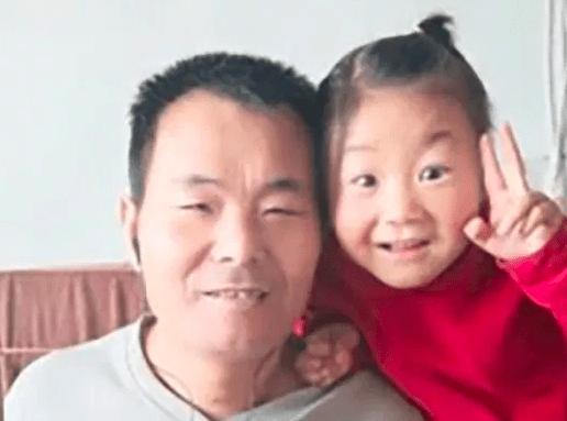 Jin Jin, la bambina di 6 anni  che si prende cura da sola del padre disabile
