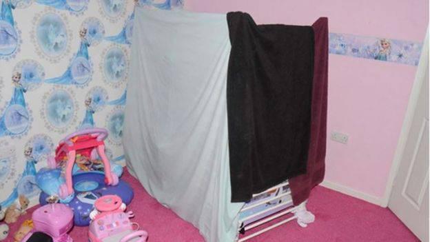bambina legata al letto 3