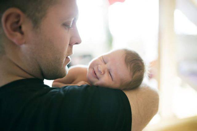Un neonato è morto a causa di un incidente domestico mentre era in braccio al papà